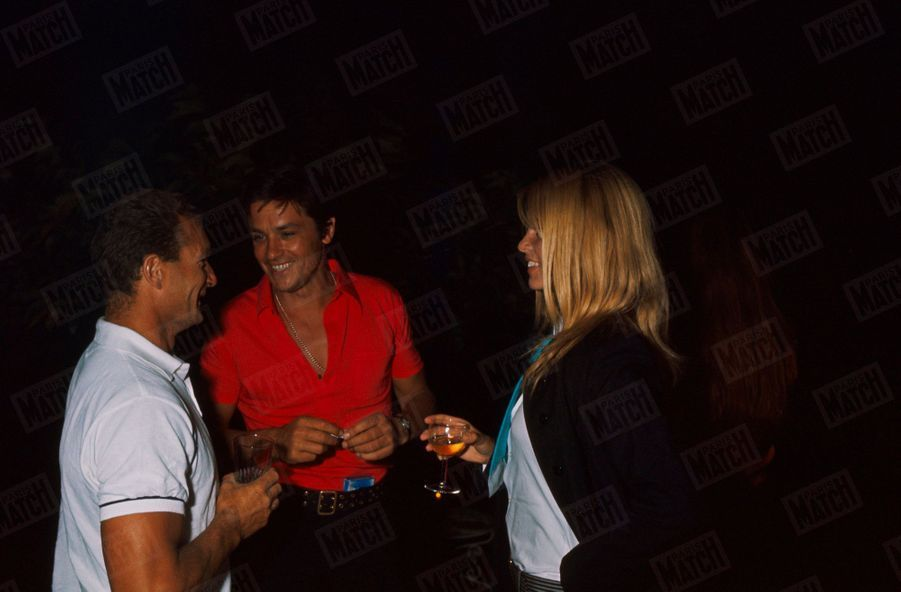 Brigitte Bardot, Eric Tabarly etAlain Delonà Saint-Tropez, à la fin du mois d'août 1968.