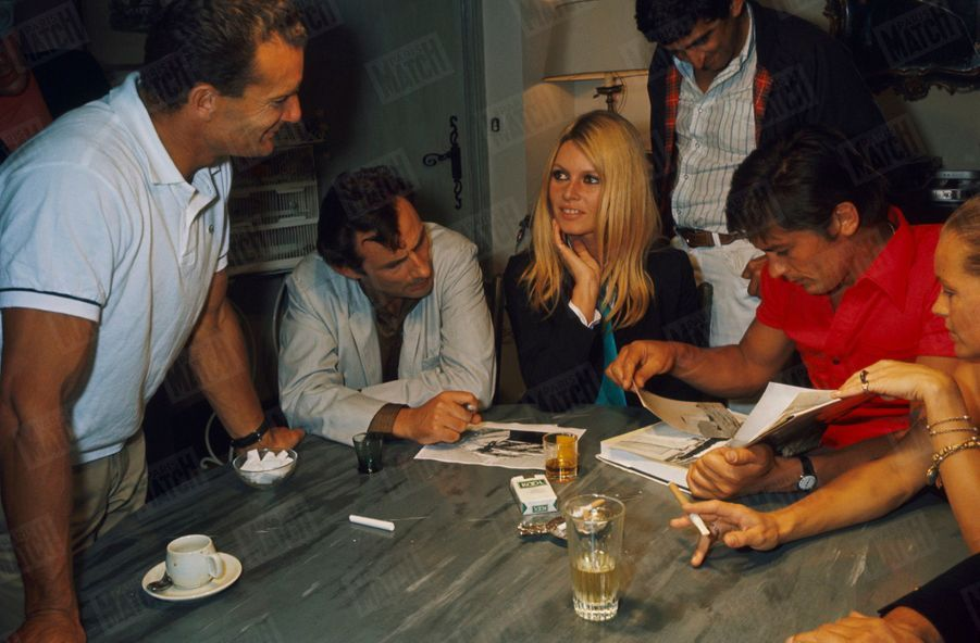 Brigitte Bardot, Romy Schneider, Alain Delon, Eric Tabarly, Maurice Roney et des amis à Saint-Tropez, à la fin du mois d'août 1968.