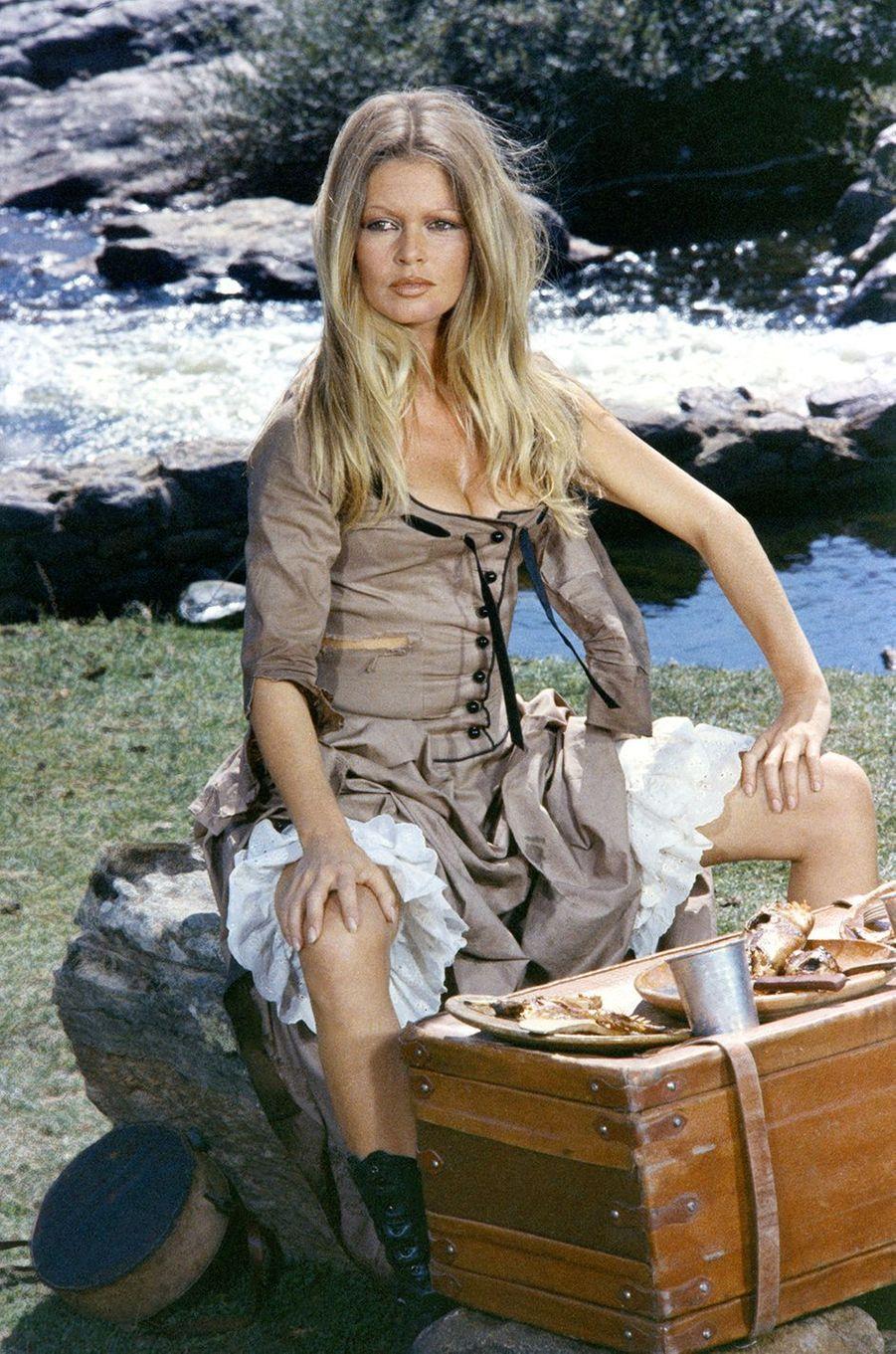 """Brigitte Bardot sur le tournage des """"Petroleuses""""."""