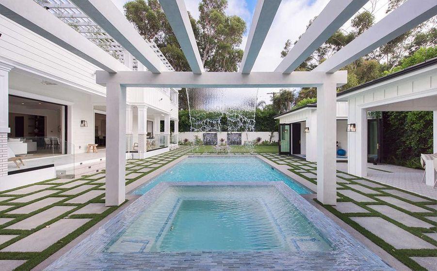 Bruce Willis a dépensé 9,8 millions de dollars pour s'offrir cette maison dans le quartier huppé de Brentwood à Los Angeles