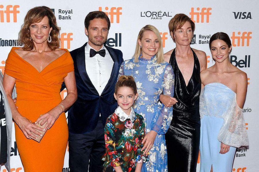 Caitlin Carver en septembre 2017 avec Allison Janney, Sebastian Stan, McKenna Grace, Margot Robbie, Julianne Nicholson.