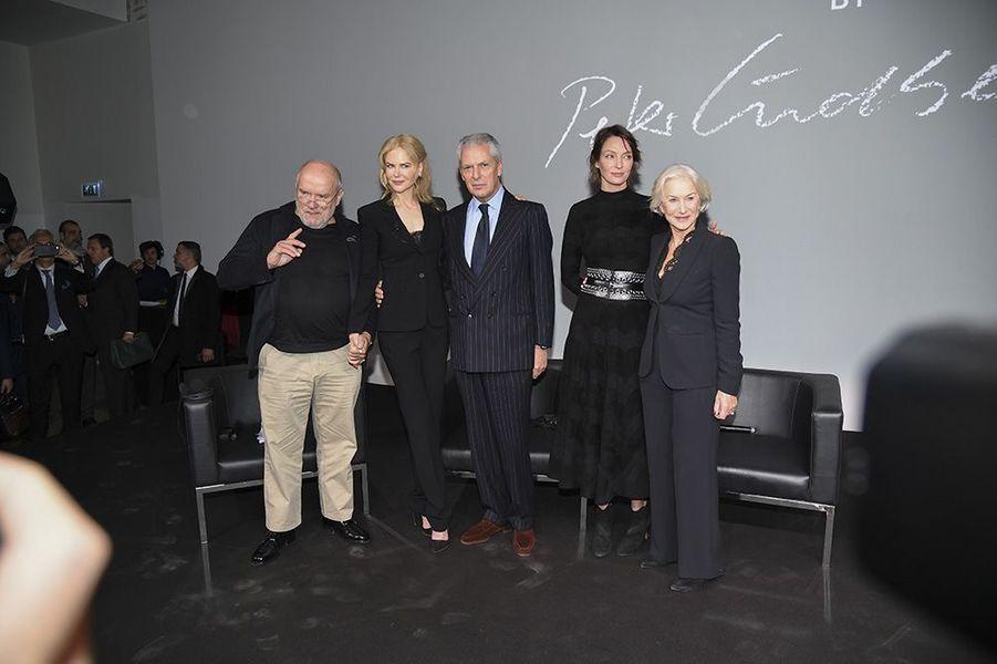 Les trois stars de cinéma aux côtés de Peter Lindbergh et deMarco Tronchetti Provera, directeur général de Pirelli.