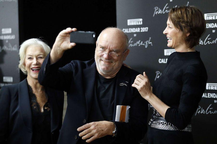 """Peter Lindberg entouré de ses deux """"famous actresses"""" Helen Mirren et Uma Thurman."""