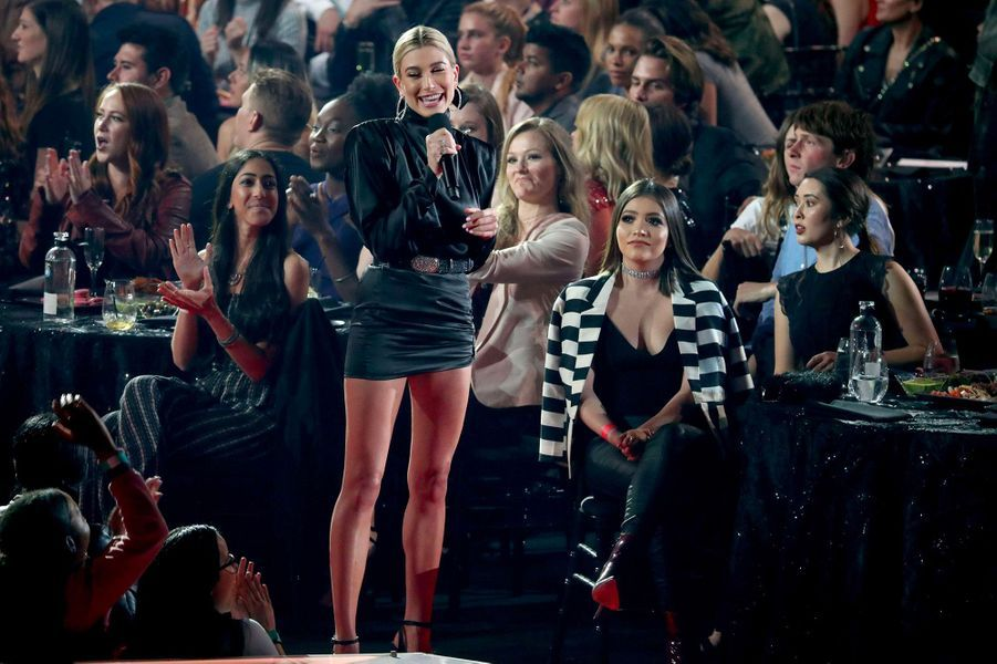 Hailey Baldwin sur la scène des iHeart Radio Music Awards