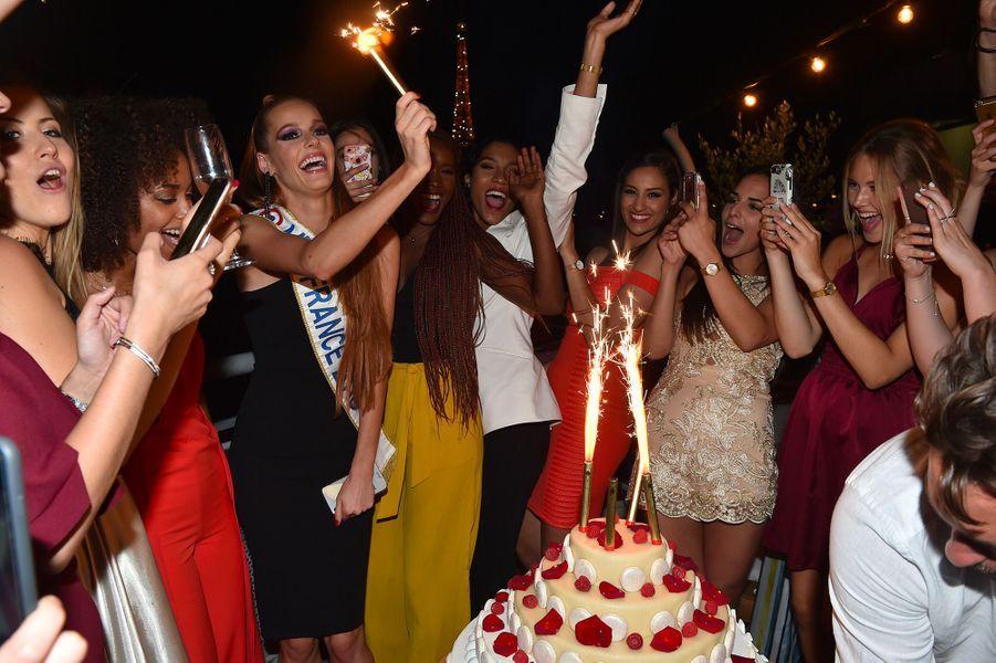 Maëva Coucke fête son anniversaire avec ses amies