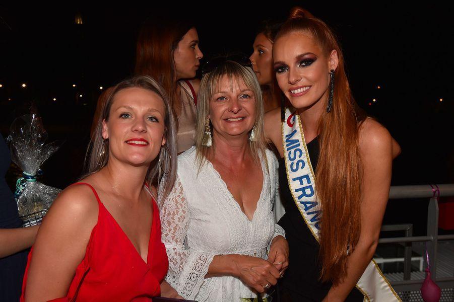 Maëva Coucke avec sa soeur Victoria et sa mère Brigitte