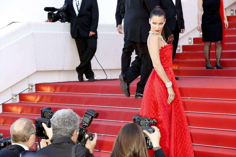 Bella Hadid lors de sa montée des marches à Cannes, le 19 mai 2017.