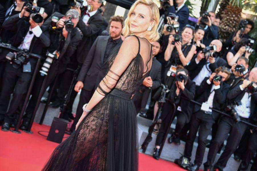 Charlize Theron pose sur les marches de Cannes
