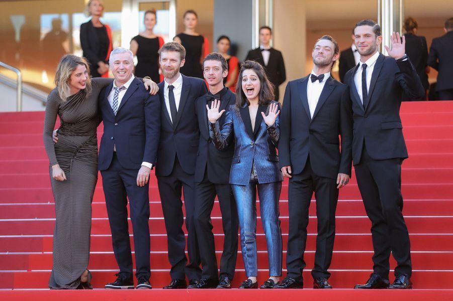 """L'équipe du film de """"120 battements par minute"""", sur les marches du Palais des Festivals, le 20 mai 2017."""