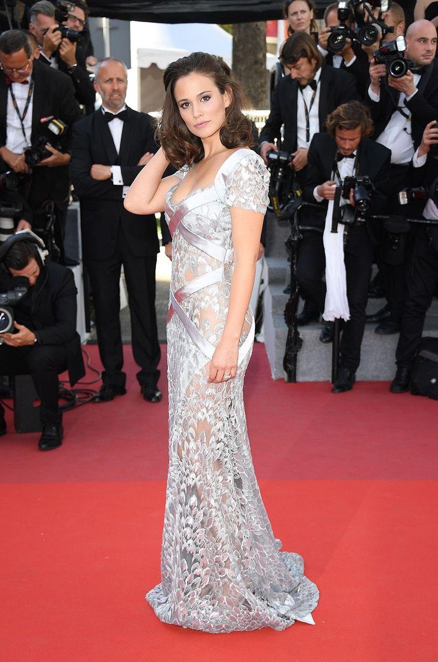L'actrice star de TF1 Lucie Lucas sur la Croisette.