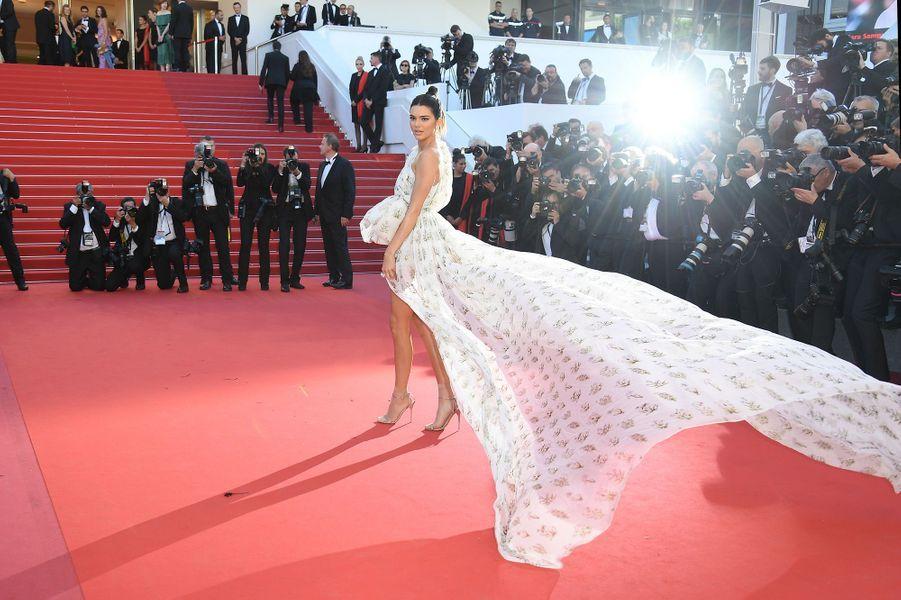 Kendall Jenner a fait sensation lors de cette montée des marches.