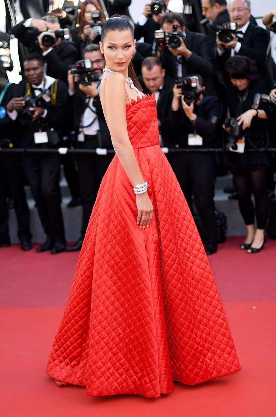 Bella Hadid rejoue le rouge à Cannes.