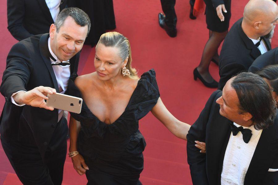 Pamela Anderson pose pour un selfie