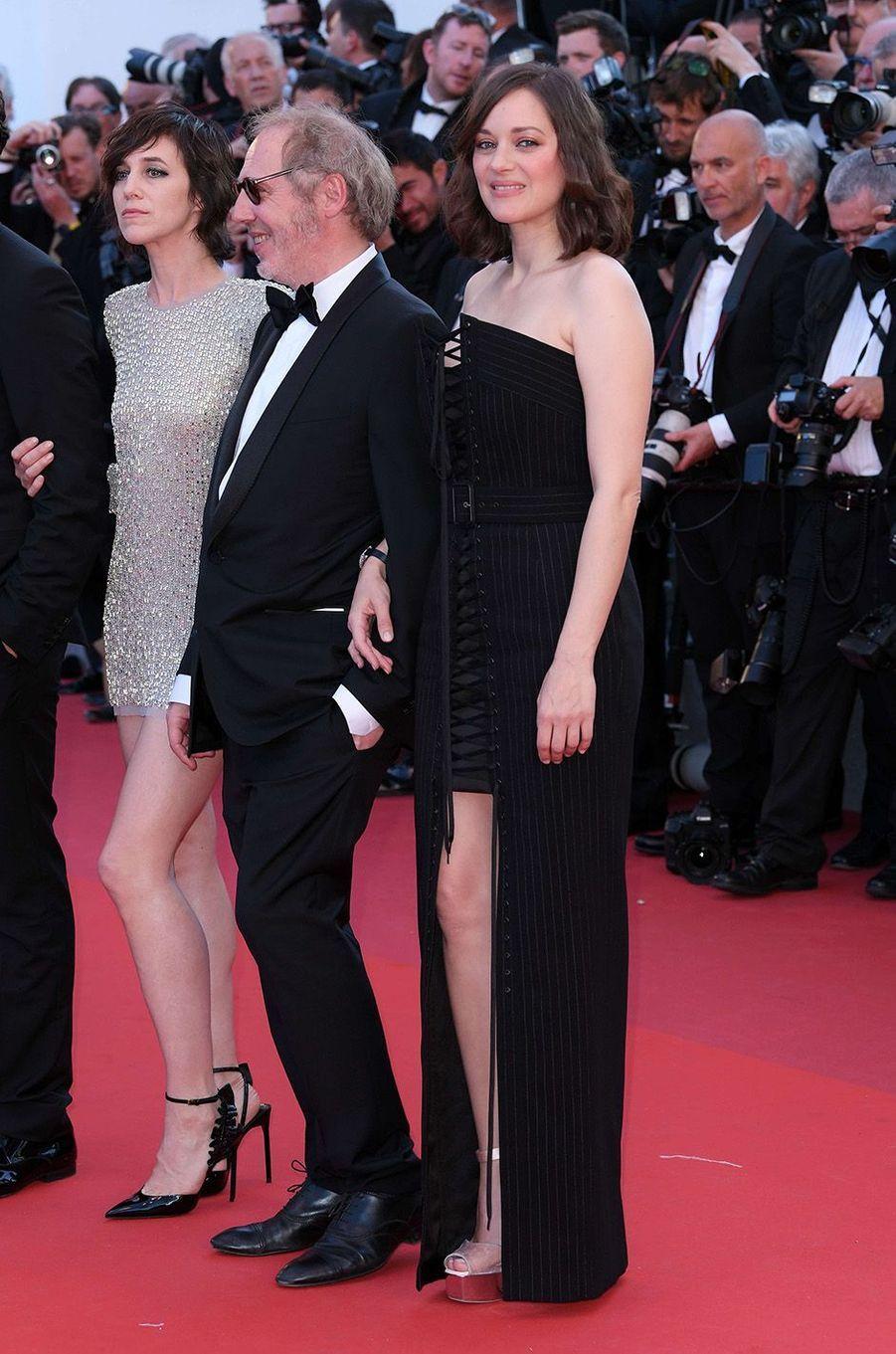 """Marion Cotillard avec l'équipe des """"Fantômes d'Ismaël"""", à Cannes."""