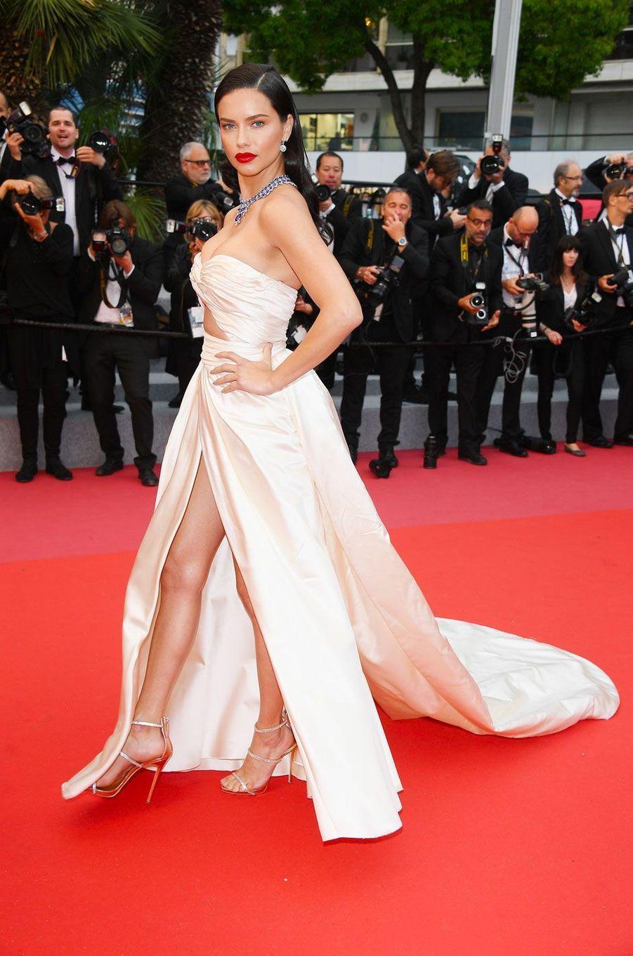 Adriana Lima monte les marches à Cannes le 16 mai 2018