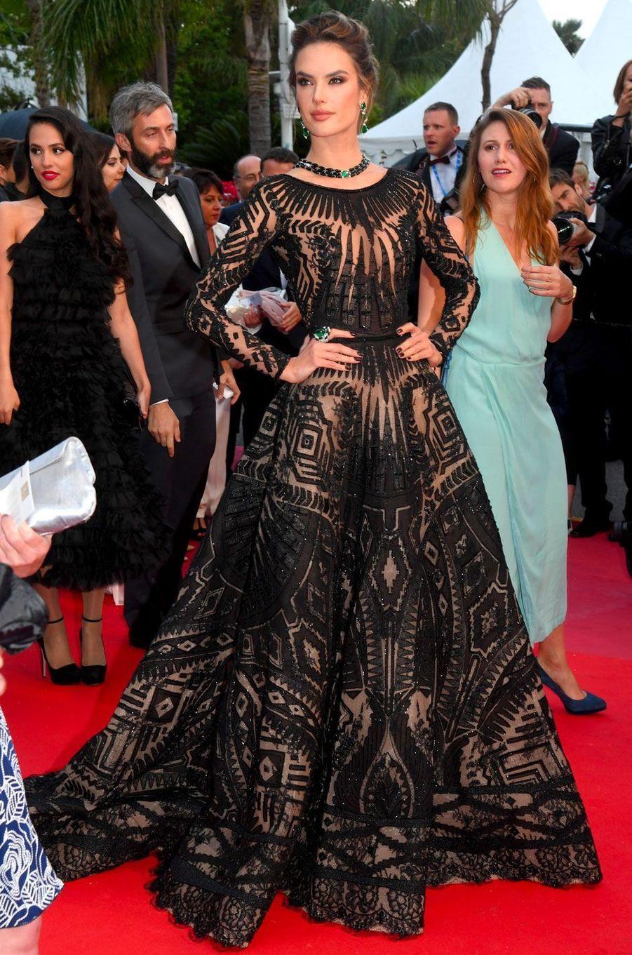 Alessandra Ambrosio monte les marches à Cannes le 14 mai 2018