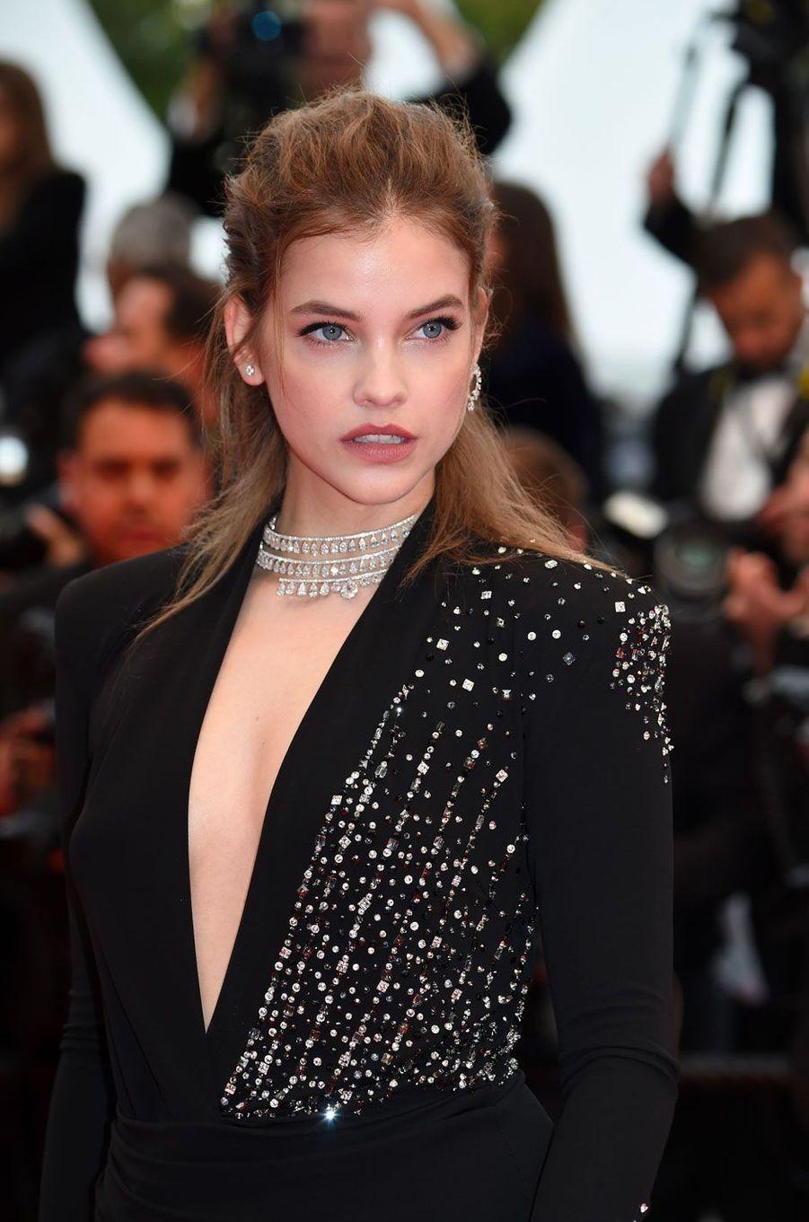 Barbara Palvin monte les marches à Cannes le 16 mai 2018