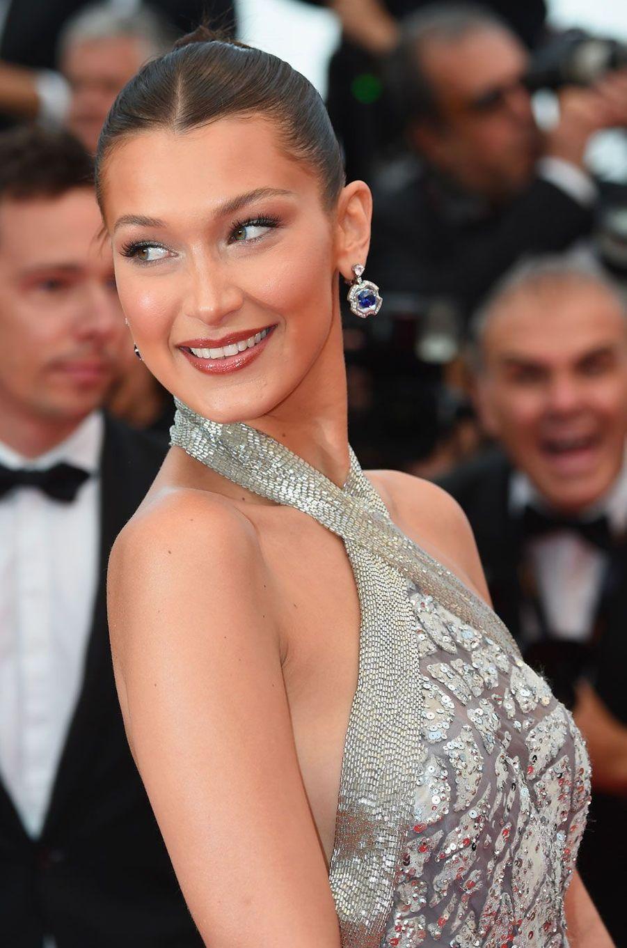 Bella Hadid monte les marches à Cannes le 14 mai 2018