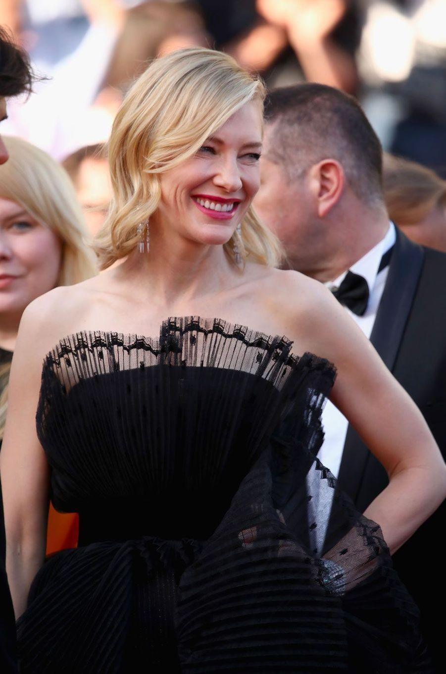Cate Blanchett monte les marches à Cannes le 17 mai 2018