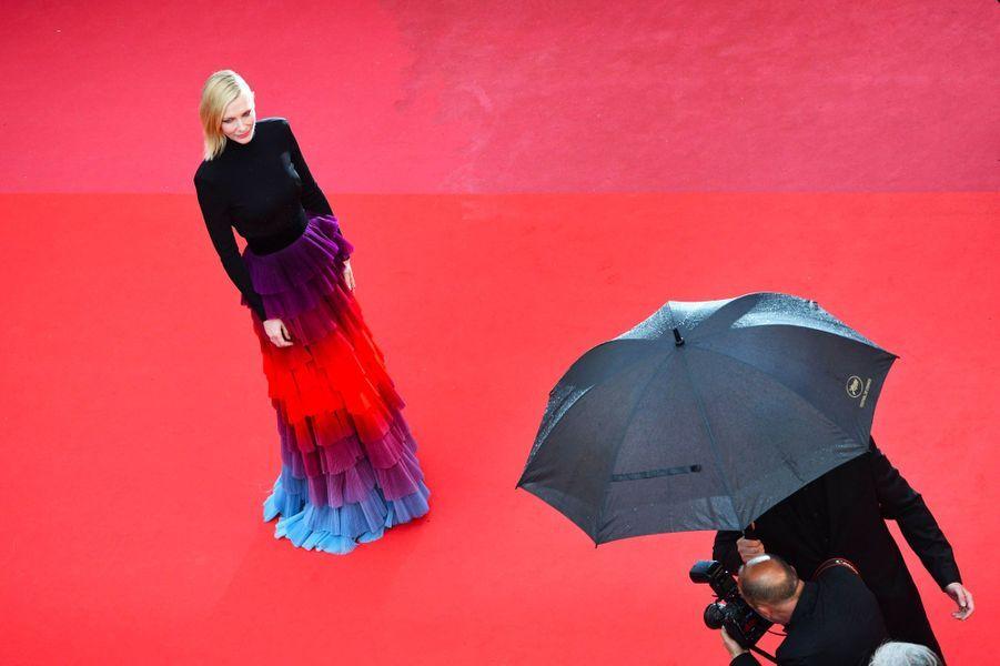 Cate Blanchett monte les marches à Cannes le 14 mai 2018