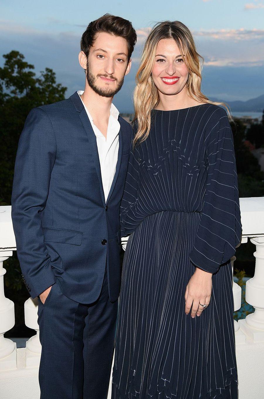 Pierre Niney et Sveva Alviti à la soirée Montblanc à Cannes, le 16 mai 2018.