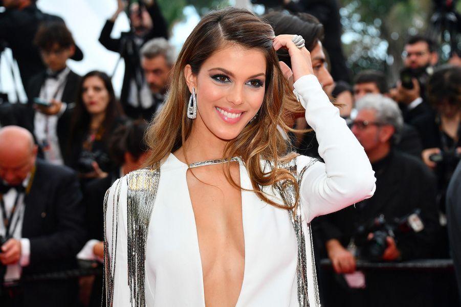 Iris Mittenaere monte les marches du Festival de Cannes, jeudi 10 mai 2018. Elle porte une parure de bijoux de la maison De Grisogno.