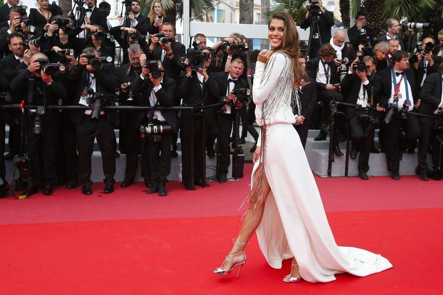 Iris Mittenaere monte les marches du Festival de Cannes, jeudi 10 mai 2018.Elle porte une parure de bijoux de la maison De Grisogno.