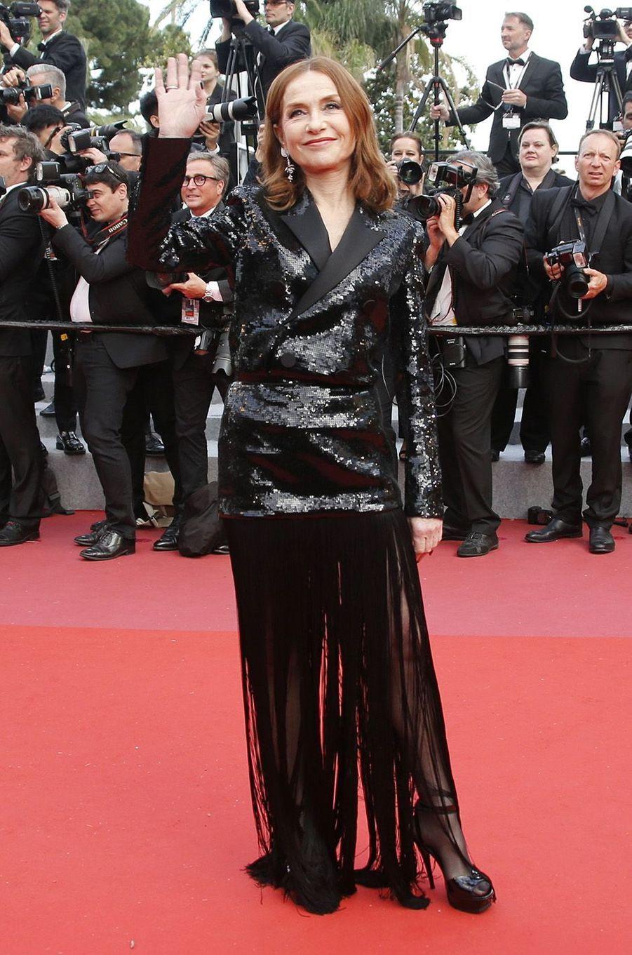 Isabelle Huppert sur le tapis rouge à Cannes, le 13 mai 2018.