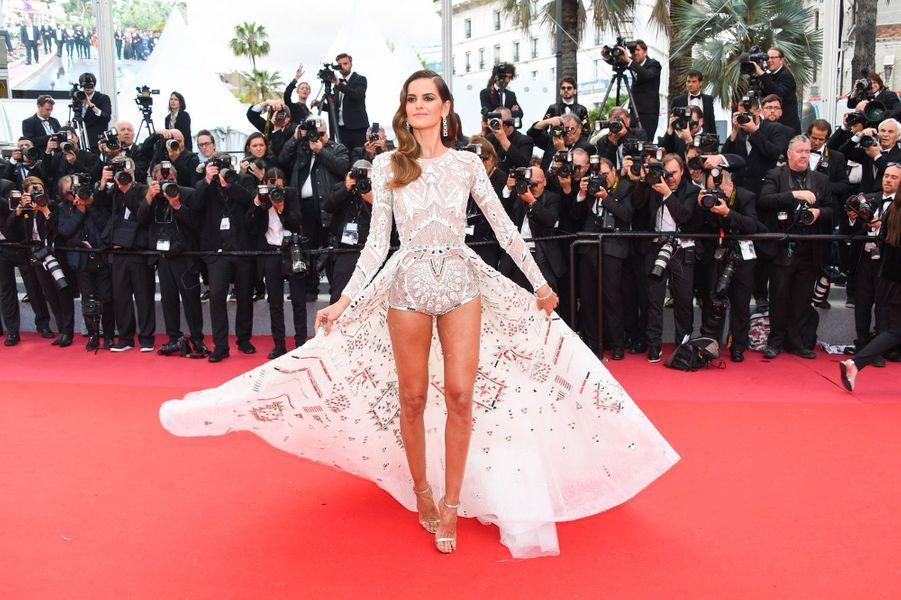 Izabel Goulart monte les marches à Cannes le 13 mai 2018