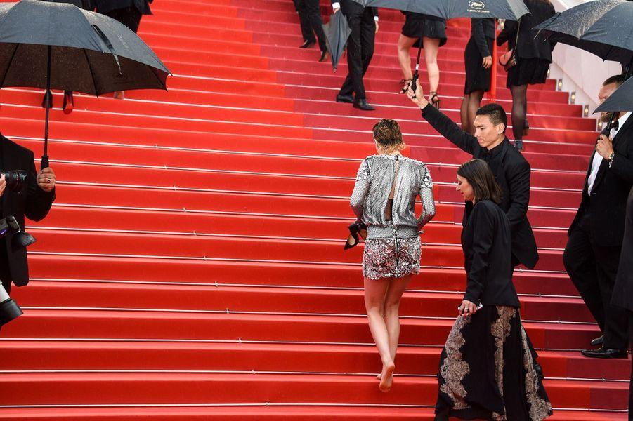Kristen Stewart, sa montée des marches pieds nus, le 14 mai 2018.