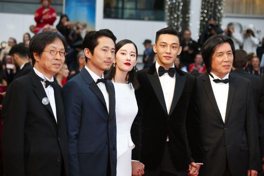 """L'équipe de """"Burning"""" monte les marches à Cannes le 16 mai 2018"""
