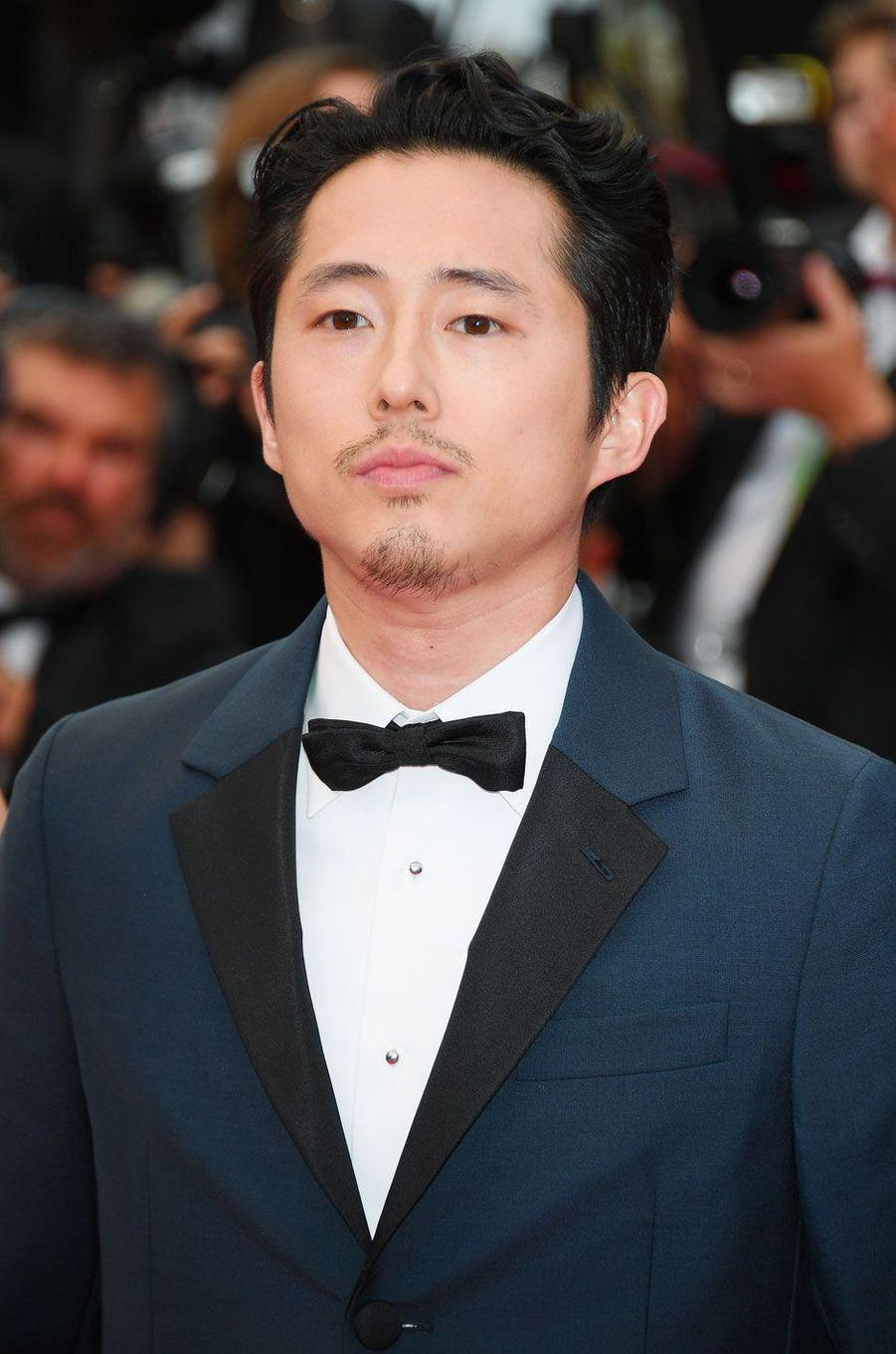 Steven Yeun monte les marches à Cannes le 16 mai 2018