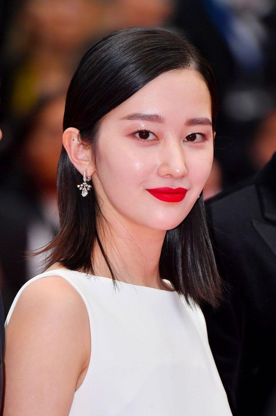 Jeon Jong-seo monte les marches à Cannes le 16 mai 2018