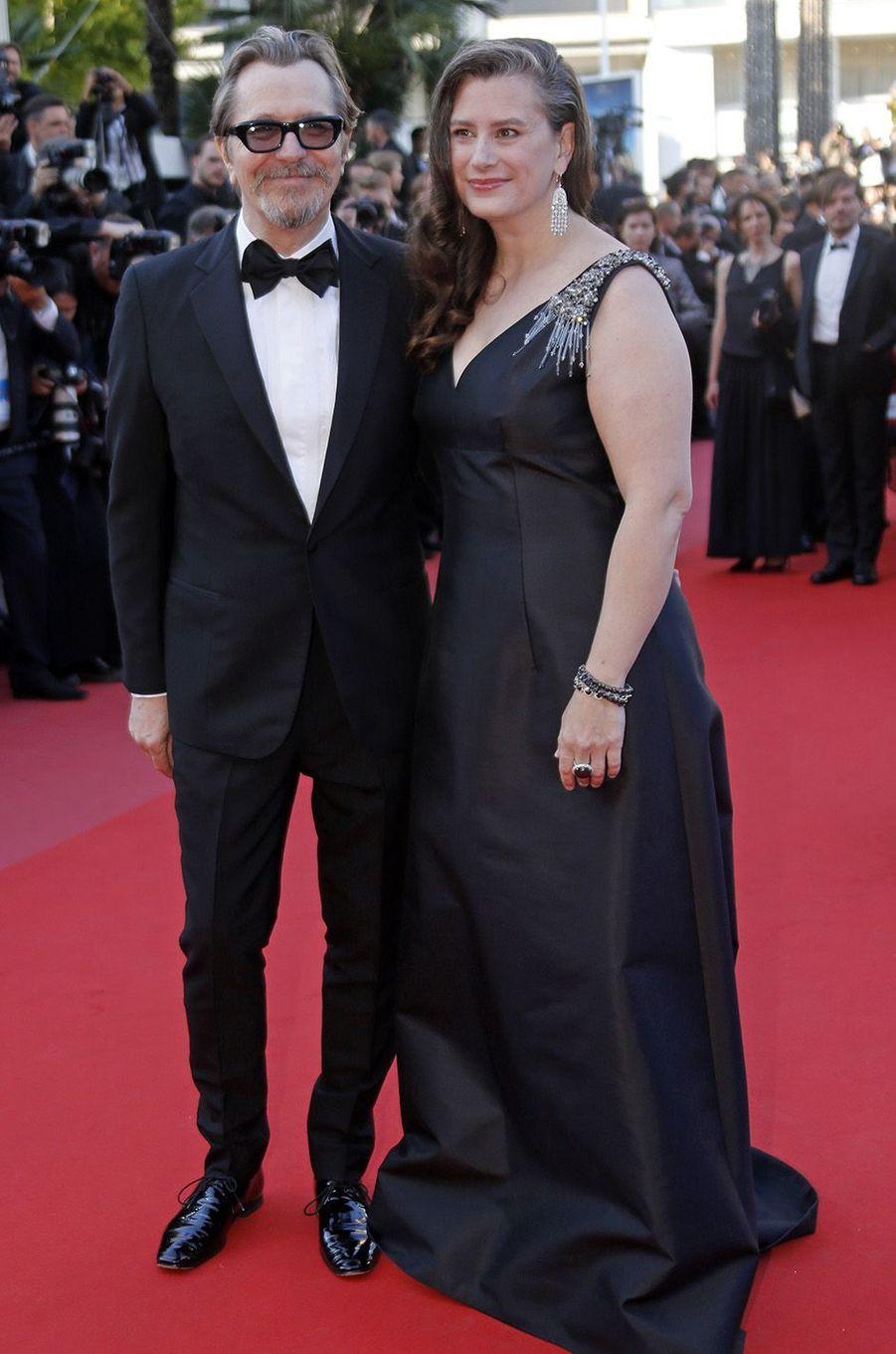 Gary Oldman et son épouse sur les marches du festival de Cannes, le 17 mai 2018.