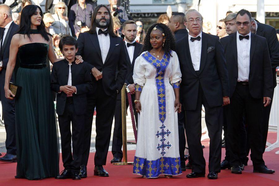 Naomi Labaki et son équipe sur les marches du festival de Cannes, le 17 mai 2018.