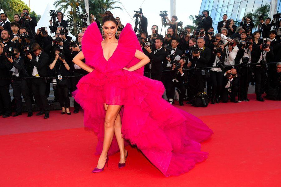 Deepika Padukone monte les marches à Cannes le 11 mai 2018