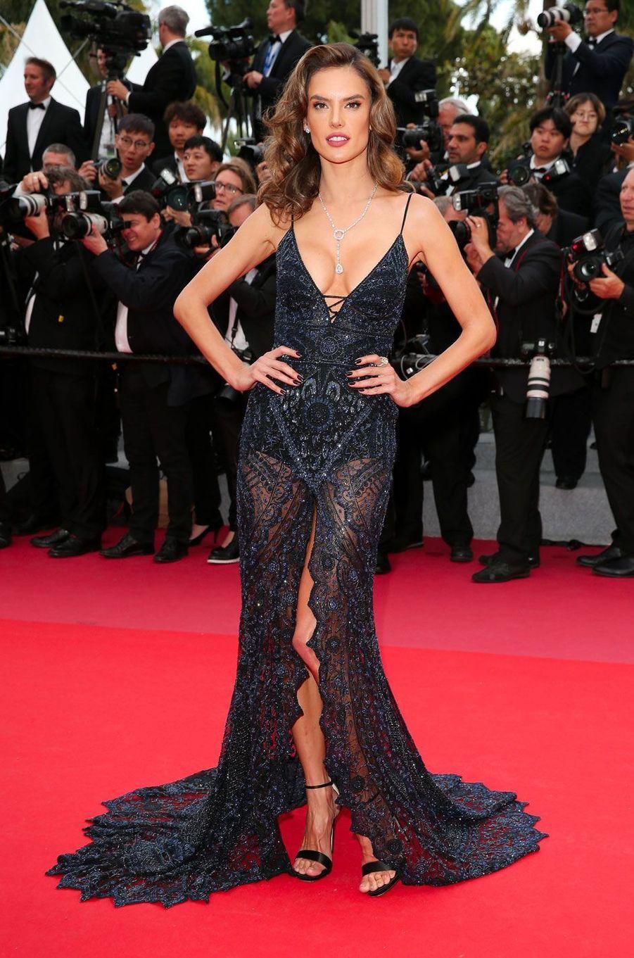 Alessandra Ambrosio monte les marches à Cannes le 15 mai 2018