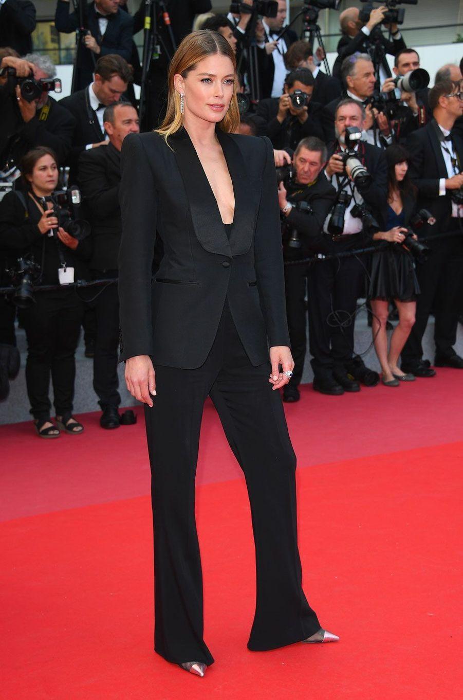 Doutzen Kroes monte les marches à Cannes le 15 mai 2018