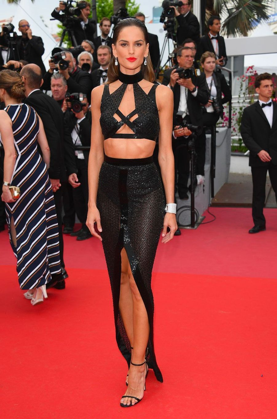 Izabel Goulart monte les marches à Cannes le 15 mai 2018