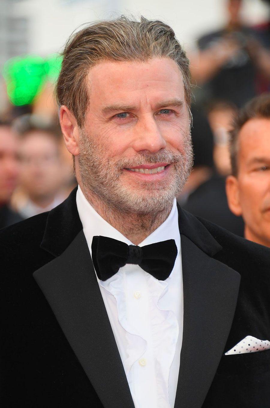 John Travolta monte les marches à Cannes le 15 mai 2018