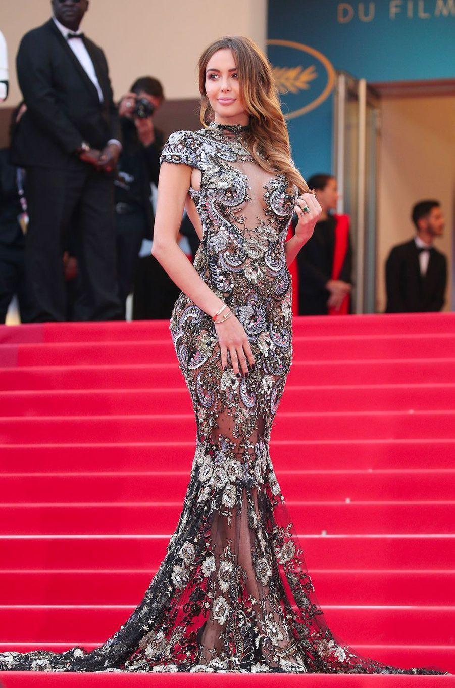 Nabilla monte les marches à Cannes le 15 mai 2018