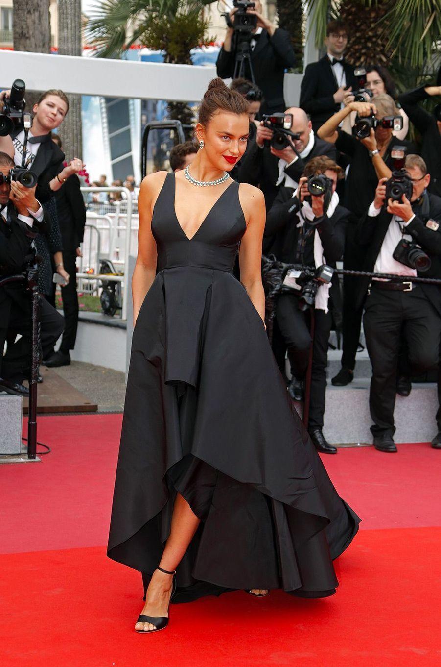 Irina Shayk monte les marches du Festival de Cannes, mercredi 9 mai