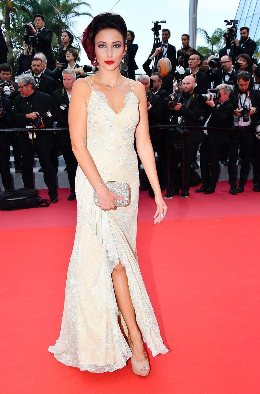 Delphine Wespiser monte les marches du Festival de Cannes, mercredi 9 mai