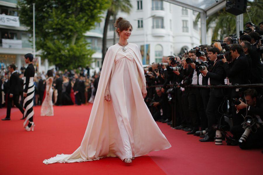 Louise Bourgoin monte les marches du Festival de Cannes, mercredi 9 mai