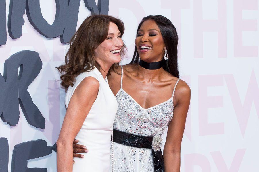 Carla Bruni et Naomi Campbelle au défilé Fashion For Relief à Cannes le 13 mai 2018