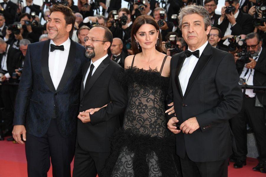 Asghar Farhadi entouré de son castingsur le tapis rouge de la 71e édition du festival de Cannes, le 8 mai 2018.