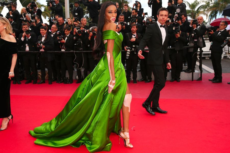 Winnie Harlow monte les marches à Cannes le 14 mai 2018