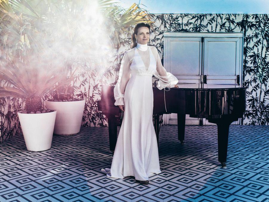 Juliette Binoche pour « Un beau soleil intérieur » (Quinzaine des réalisateurs) sur la terrasse Club by Albane, en robe Chloé et bijoux Chopard.