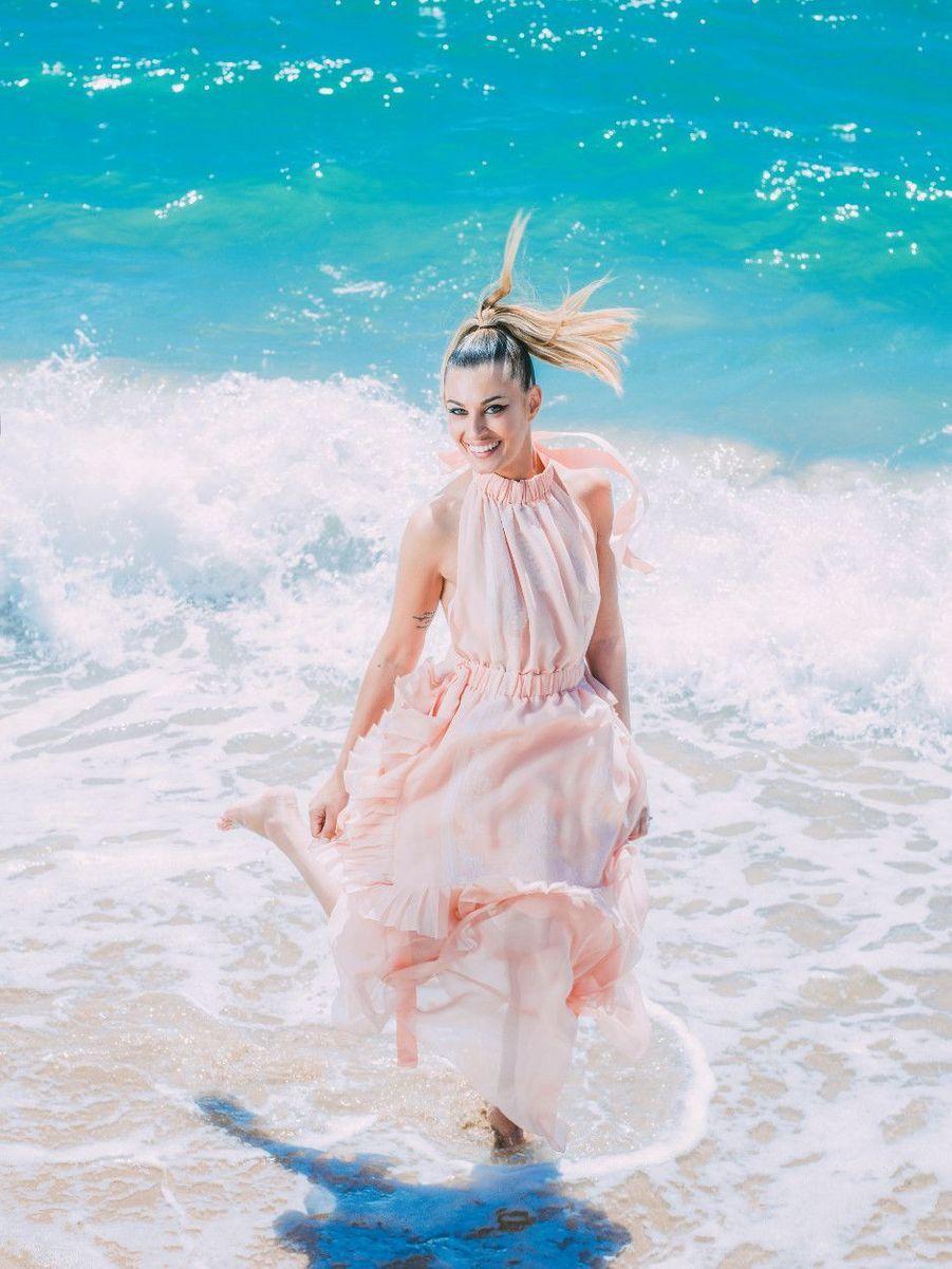 Sveva Alviti, l'interprète de « Dalida », en robe Fendi, sur la plage Nespresso.