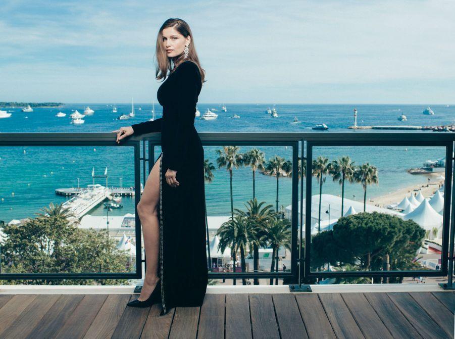 Laetitia Casta dans la suite « Kering » de l'hôtel Majestic. Sa robe noire fendue a fait sensation quand elle a monté les marches. Bijoux Boucheron.